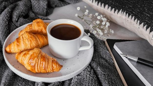 Café y croissants para el desayuno.