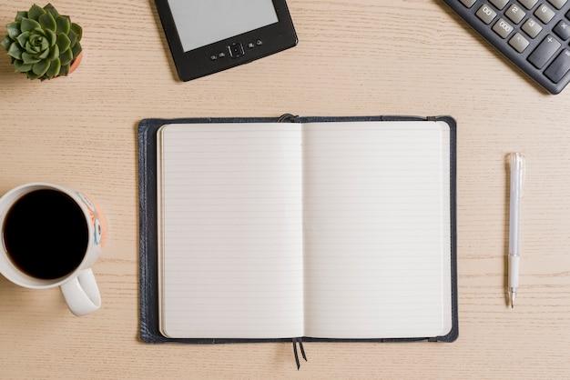 Café y cuaderno en la mesa