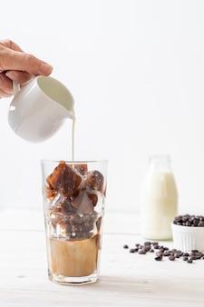 Café cubitos de hielo con leche