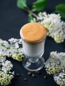 Café dalgona. café instantáneo batido suave con leche fría y azúcar. bebida de moda