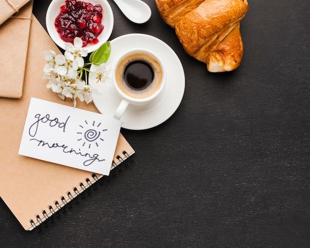 Café para el desayuno y croissant.