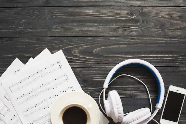 Café con dispositivos de música
