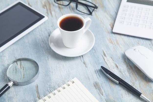 Café en el escritorio. lugar de trabajo moderno de oficina. concepto de negocio