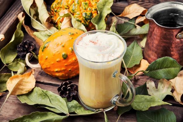 Café especiado de calabaza con crema batida