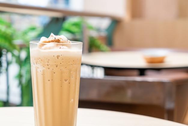 Café espresso mezclado en la mesa en la cafetería, cafetería y restaurante