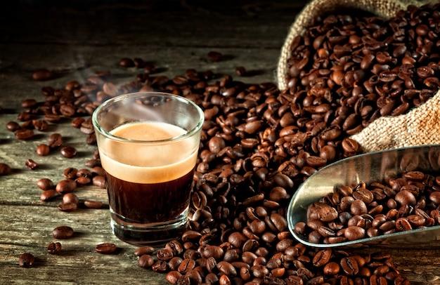 Café expreso y grano de café.