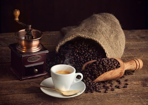 Café expreso con molinillo de café viejo.
