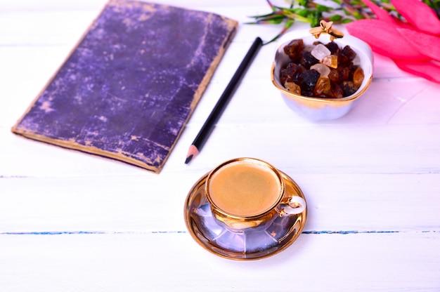 Café expreso sobre una superficie de madera blanca.