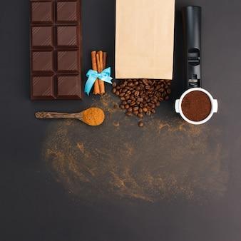 Café expreso en soporte, granos de café, barra de chocolate, canela