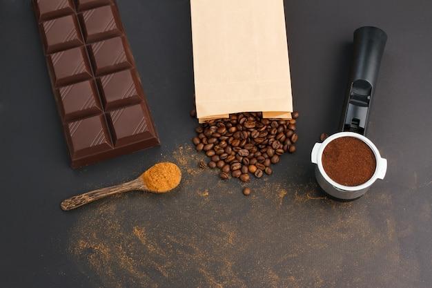 Café expreso en un soporte, granos de café, barra de chocolate