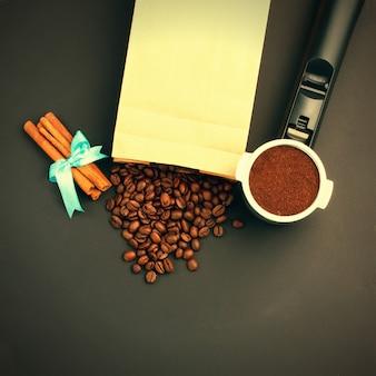 Café expreso en un soporte, granos de café, rollos de canela con viñeta