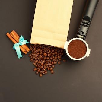 Café expreso en un soporte, granos de café, rollos de canela