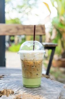 Café expreso con vaso de té verde matcha