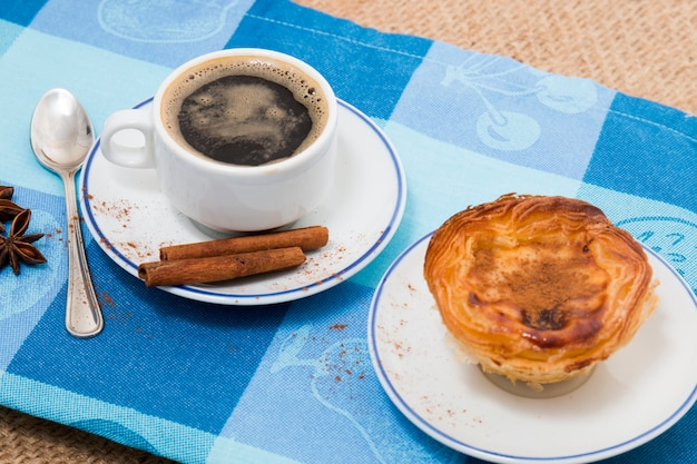 Café expresso y pastelería de crema de huevo.