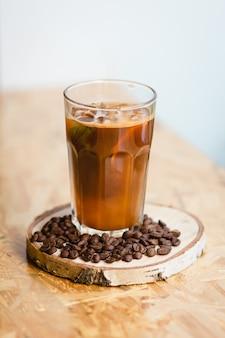 Café frío con hielo y menta en un café