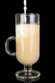 Café frío con hielo en vaso sobre negro