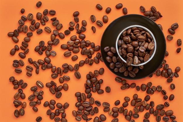 Café frito negro en taza en naranja