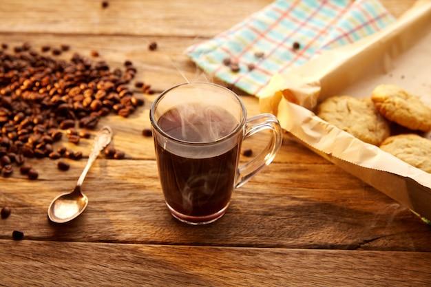 Café con galletas galletas caseras de madera vintage.