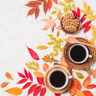 Café y galletas con hojas de otoño copia espacio