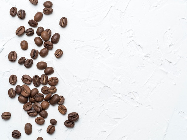 Café en grano con espacio de copia