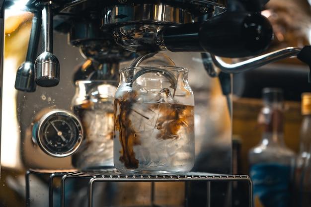 Café: hacer café con la máquina en casa, café en una taza