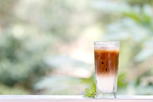 Café helado con batido, refrescos de verano en la mesa de madera en la cafetería.