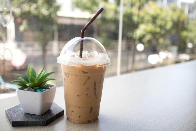 Café helado colocado en una mesa de madera