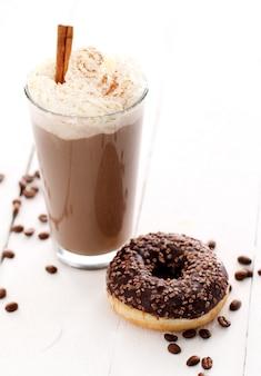 Café helado con crema batida y donut