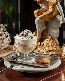 Café helado con crema batida y galletas