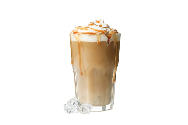 Café helado con crema derramada aislado sobre fondo blanco.