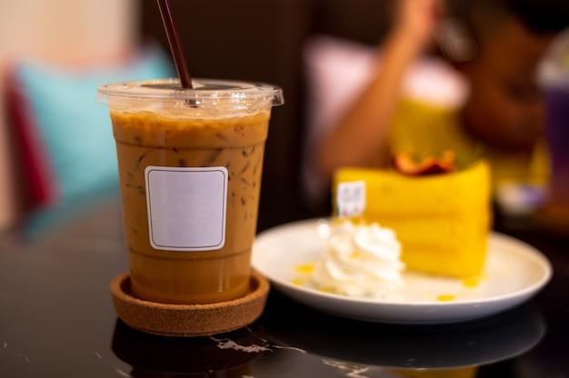 Café helado con etiqueta blanca sobre fondo oscuro