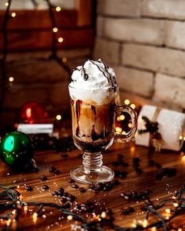Café helado en la mesa