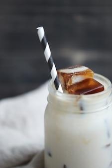 Café helado con paja rayada