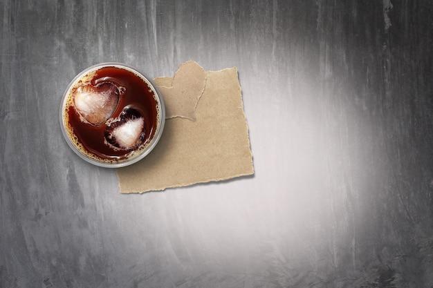 Café helado y papel rasgado en el piso de concreto, en tonos de color. para el dia de san valentin