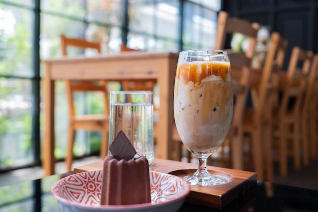 Café helado y pastel en la mesa