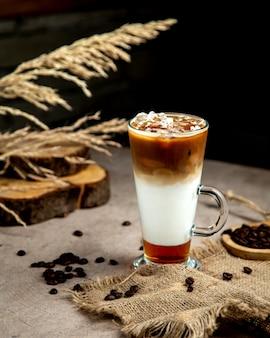 Café helado de tres capas servido en vaso