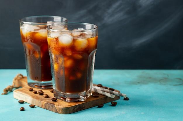 Café helado en un vaso alto