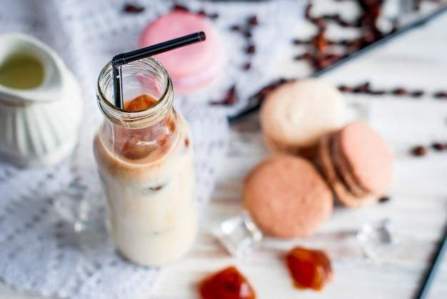 Café helado en vaso con hielo, chocolate.