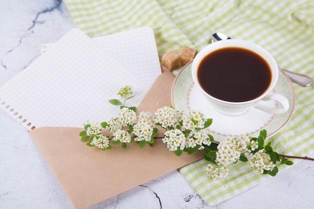 Café en una hermosa taza blanca con un patrón verde.