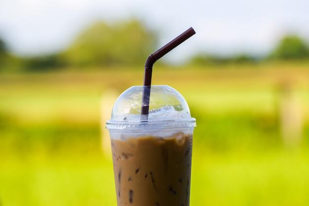 Café con hielo con desenfoque de fondo