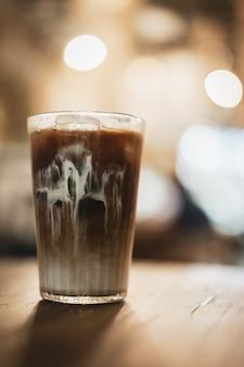 Café de hielo en un fondo de madera con concepto del estilo del vintage.