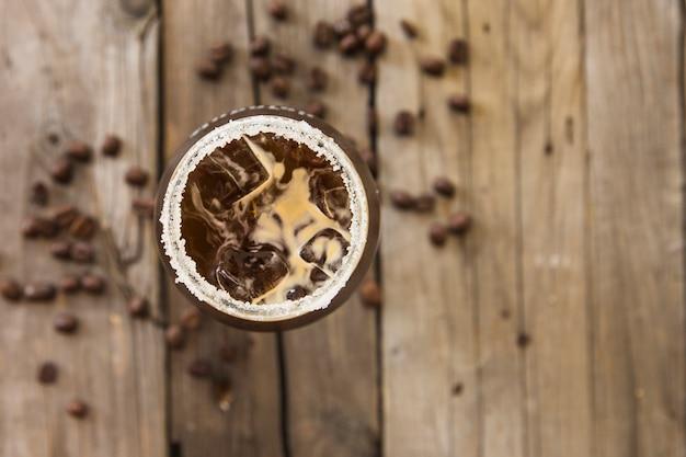 Café con hielo fresco en el fondo de madera