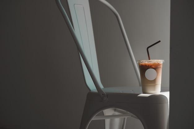 Café de hielo en la taza para llevar con etiqueta vacía para insertar el logotipo y la plantilla de maqueta gráfica.