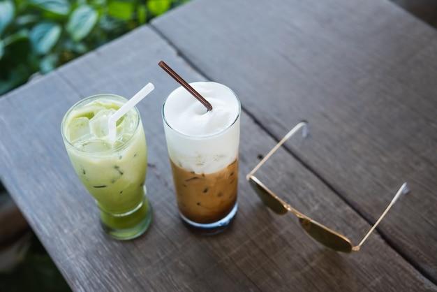 Café de hielo y té verde en el fondo de madera del verde de la tabla
