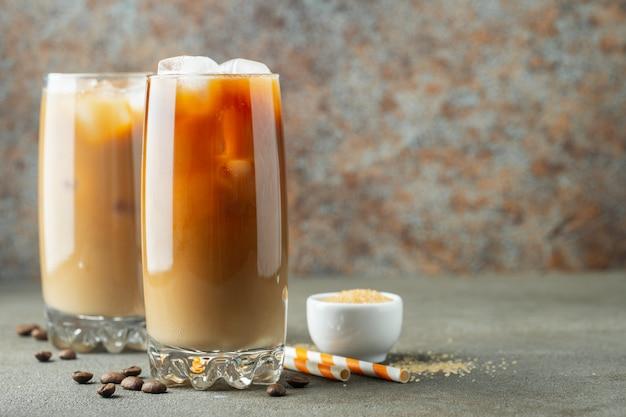 Café con hielo en un vaso alto con crema