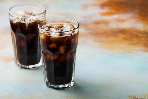 Café con hielo en un vaso alto.