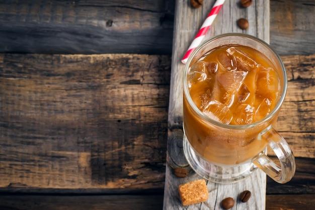 Café con hielo en un vaso