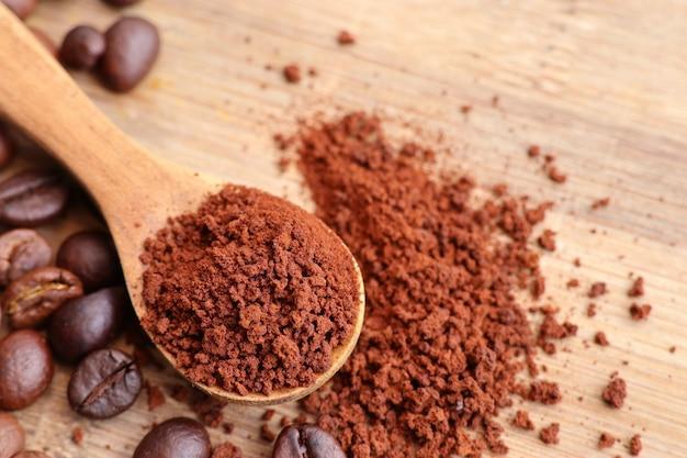 Café instantáneo y granos de café.