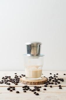 Café con leche caliente goteando al estilo de vietnam - saigón o café vietnamita