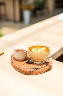 Café con leche caliente y taza de té